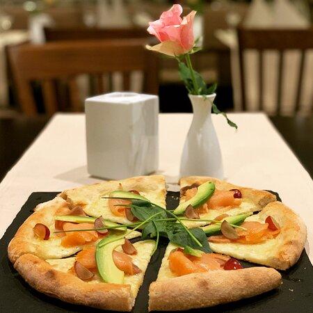 Pizza bianca con salmone e avocado
