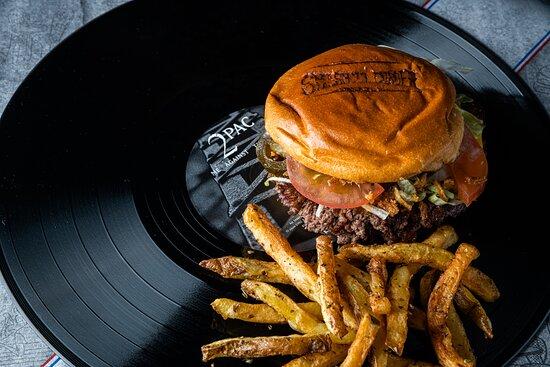 Menu Smash Beef : Viande fraîche 2 x 75 grammes (charolais + black angus - halal), cheddar US, toppings frais à volonté et sauce maison au choix. Menu servi avec frites maison et 1 boisson au choix.