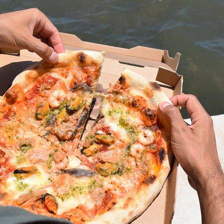 Pizza marinera recién cortada para disfrutar. Restaurante Pizzería Sorelle D´Italia, Los Alcázares
