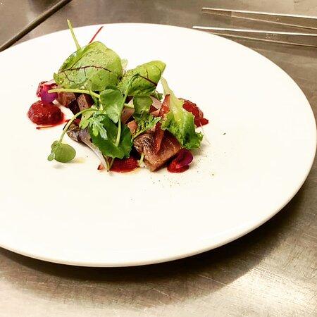 Tataki di tonnetto marinato alla salsa ponzu, con gazpacho ai frutti rossi e verdure con misticanza