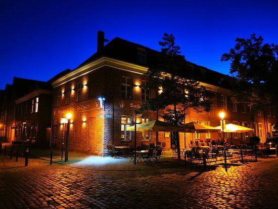 Das Restaurant Zum Fliegenden Holländer befindert sich in der Benkertstrasse 5, Ecke Mittelstrasse im Holländischen Viertel, in 14467 Potsdam. Tel. 0049 331 60 12 77 50 info@zumfliegendenhollaender.com www.zumfliegendenhollaender.com täglich geöffnet ab 12 Uhr