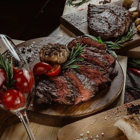 """Возвращение """"Steak Day"""" 🥳  Каждый четверг стейки со скидкой 50%! Идеальный четверг: ты, стейк, бокал красного 😉  Адрес: Тверь, Желябова, 1 Телефон: +7 (4822) 75-02-20 Сайт: tver.harats.com"""