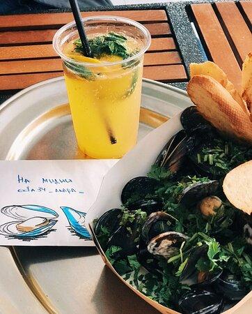 освежающий лимонад и свежие черноморские мидии