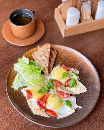 Неспешный завтрак всей семьей в выходной день - это мечта...И конечно же, реальная! 🤗  В кафе -Калачи- бар мы готовим для вас вкусные и полезные завтраки ежедневно с 10:00 до 12:00!  А вот и она - любимица наших гостей - идеальная глазунья из трёх яиц с топпингами на любой вкус!