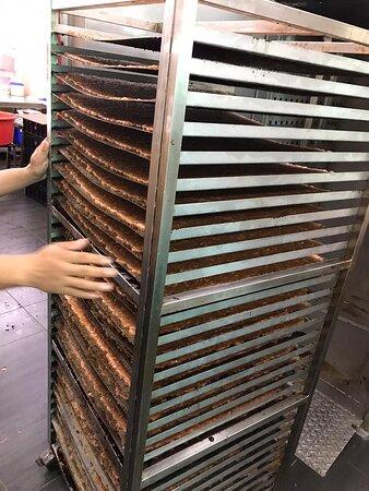 德记会帮助品牌方跨越行业门槛进行肉干肉丝代工服务,德记专注于生产环节和确保品控,实现术业专攻下的极致表现