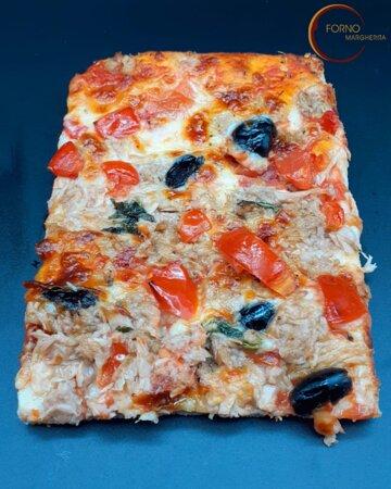 Tonno pomodoro origano mozzarella olive basilico olio di oliva