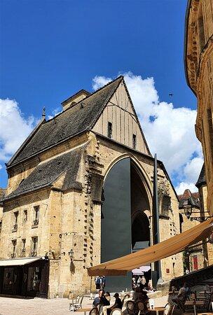 Souvenirs de mes Balades --- France -- Nouvelle Aquitaine -- Périgord Noir -- L'église Sainte Marie de style gothique abrite désormais un marché des produits locaux , il se cache derrière de gigantesque porte en acier d'une hauteur de 15.6 mètres , elles ont été conçues par Jean Nouvel , célèbre architecte et natif de Sarlat -- 21.06.27 -- Cliquer sur la photo pour découvrir la prise de vue complète