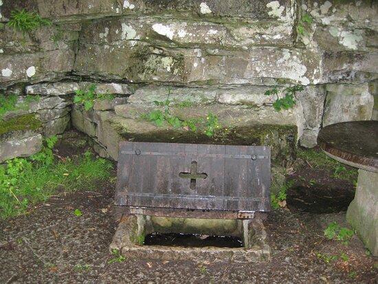 Gotene, Suécia:  Husaby, SSiegfried's Well outside Husaby Church (St Sigfrids källa) where Saint Siegfried is said to have baptised King Olof Skötkonung, who died in 1022 in  Husaby  Sigfrids källa vid Husaby kyrka