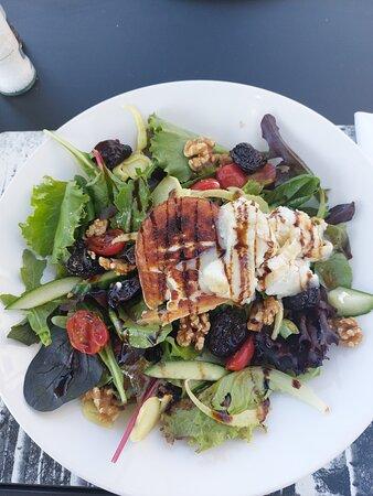 Salade lauwwarme geitenkaas met veel verse sla en pruimen