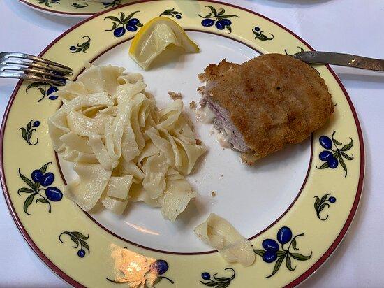 Nonnweiler, Đức: 28,50 € Cordon Bleu vom Peters Farm Bio-Kalb mit Witzenheldener Bauernrohmilchkäse nach Gouda Art & Bauernkochschinken - Bauernnudeln aus Urdinkelgries
