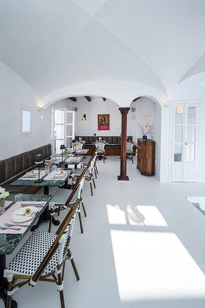 oyster & cocktail bar restaurant naousa paros indoor