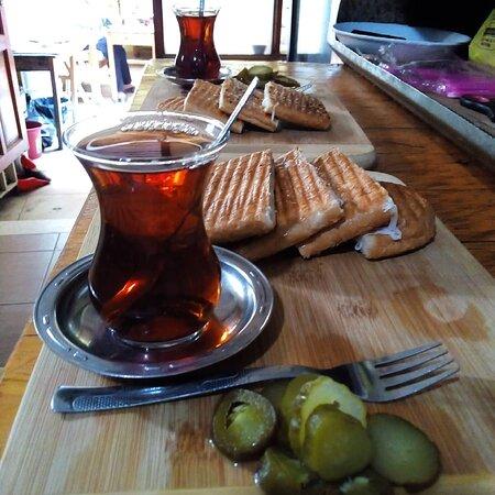 Tost çeşitleri dolunay Cafe de deneyin. Sade , kaşarlı karışık yengen tost. Beyaz peynirli tost çeşitleri dolunay Cafe de.