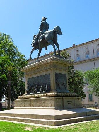 Il monumento a Carlo Alberto: si può notare il bassorilievo della battaglia di Goito sul lato lungo del basamento e il bassorilievo della lupa capitolina sul lato corto
