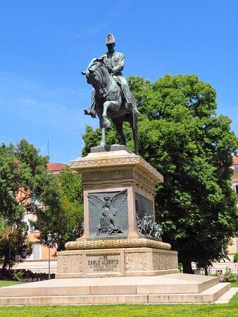 Il monumento a Carlo Alberto: si può notare, sul lato corto del basamento, il bassorilievo dell'aquila sabauda.