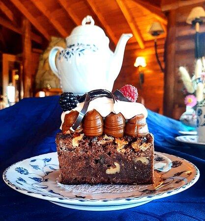 Torta brownie de Ceylán - Brownie húmedo con frutos secos, copos de dulce de leche, crema y frutos rojos.