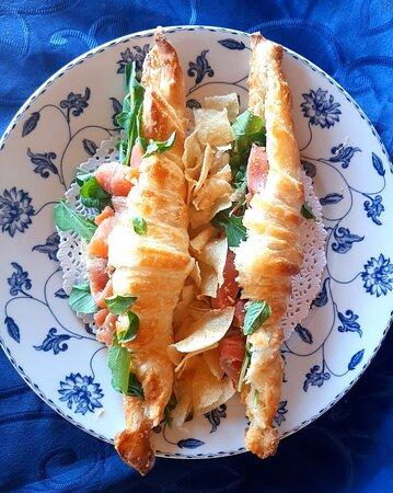 Croissant con salmón, rúcula y queso crema