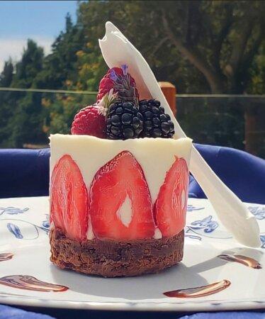 Mousse de Ceylán - Mousse de queso crema con base de brownie, frutillas y frutos rojos
