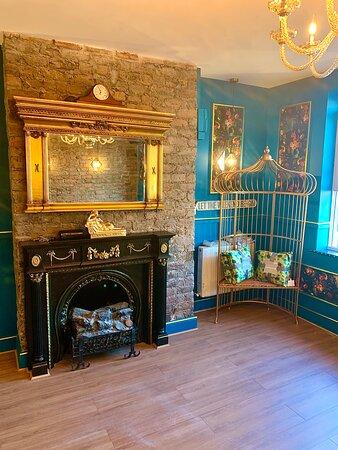 Mo's @ 81 Bistro (original fireplace restored)