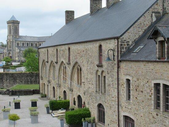Bricquebec-en-Cotentin, Fransa: grande salle (XIIe s) du château de Bricquebec, devenue l'Auberge du Vieux Château
