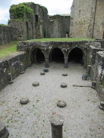 Bricquebec-en-Cotentin, Fransa: cellier (sous la chambre seigneuriale disparue) (XIIe s) du château de Bricquebec