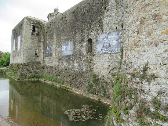 Bricquebec-en-Cotentin, Fransa: courtine du château de Bricquebec où sont affichées des photos d'Yvan TRAVERT