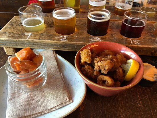 Saumon fumé Atkins et calmars et la palette de bières savoureuses