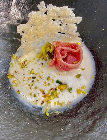Entrèe della serata: Crudo cotto di Blond da Filiera Totale su letto di crema semifredda al pecorino di fossa, filanger di taccole agli agrumi, pistacchio di Bronte e cialda di 36 mesi.