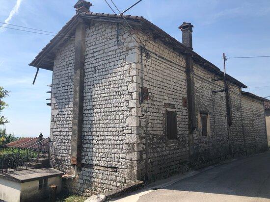Mezzomonte, Italy: Edificio friulano !