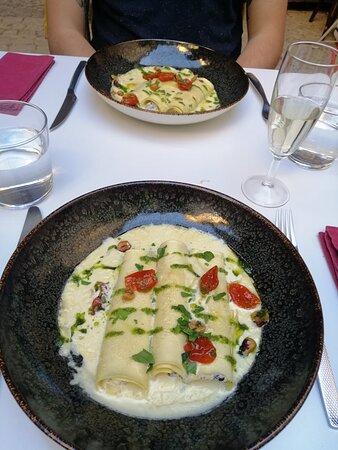 Cannelloni à la ricotta et truffe d'été, crème au foie gras.