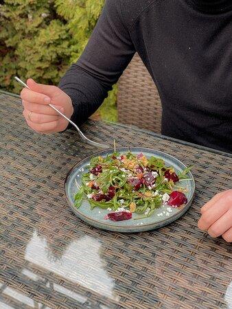 Салат со свёклой и рукколой
