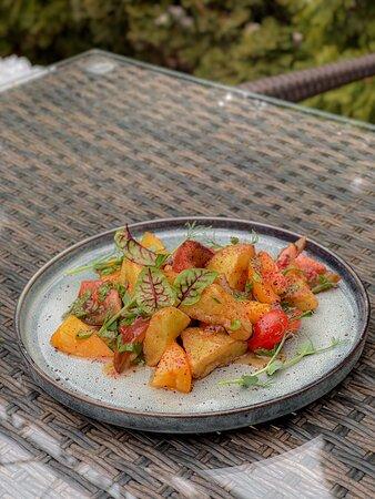 Салат с 3 видами томатов и баклажаном