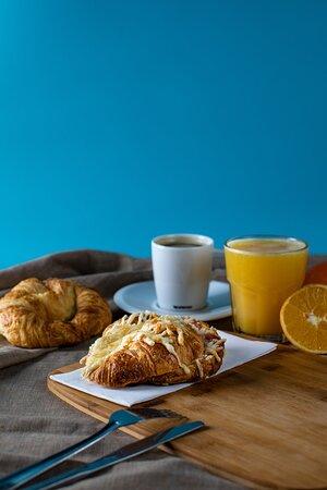 Croissant relleno y zumo de naranja