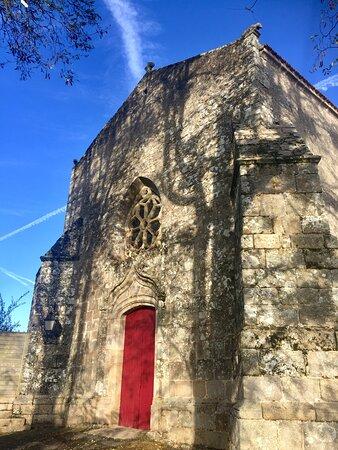 La construction de cette église prieurale est le résultat d'événements disparates, son plan complexe n'apparaît pas à l'extérieur, l'ensemble est cohérent et dégage ce charme indéfinissable que l'on trouve dans les églises rurales. Cette église était rattachée à l'Abbaye Saint-Jouin-de-Marnes qui mérite elle aussi une visite. Le quartier est agréable, le cimetière tout proche s'ouvre face à un calvaire monumental qui vaut le coup d'œil.