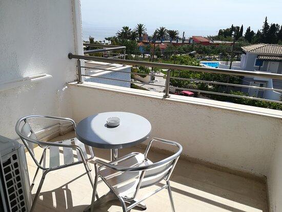 Der Balkon mit Möbel und Klimagerätwas im Betrieb sehr laut ist!