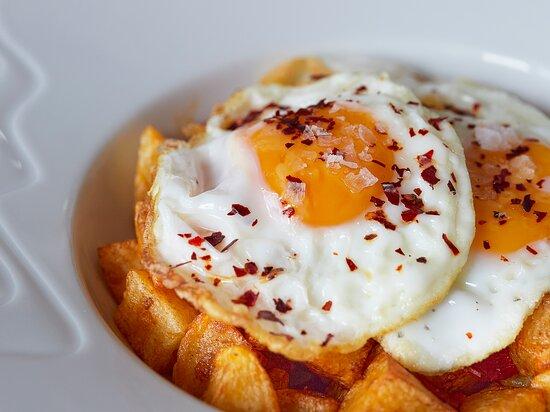 Huevos rotos con chorizo ibérico y escama de pimentón dulce ahumado