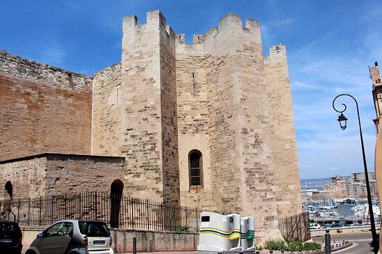 Abbaye de Saint Victor , vue de la façade style roman coté Est au fond le Vieux port //Abbey of Saint Victor, view of the Romanesque-style facade on the east side at the back of the Old Port //