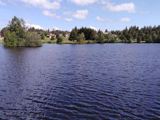 Fournols, Francia: un lac fait partie du complexe, en juin pas d'activités