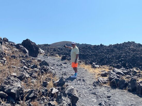 Caldera Half Day Tour (Volcano, Hot Springs, Thirassia): On the way to the top of the Volkano (good snoes are advisable)