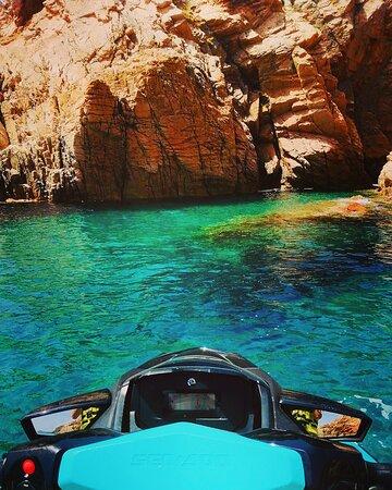Vous aussi venez profiter d'une pause baignade dans les eaux cristallines du golf de Sant'Amanza 🏖🐠☀️