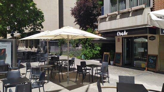 Amplia terraza en la Avenida de Alberto Alcocer.