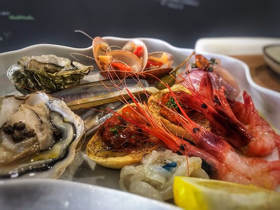 Crudo di pesce , catalana , busiate alle vongole , tartare
