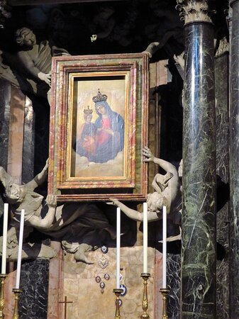 Il dipinto cinquecentesco (olio su tavola) della Madonna dei Miracoli (copia di un più antico affresco conservato nella cheisa di San Giacomo in Augusta); gli angeli in stucco che sorreggono il quadro sono di Antonio Raggi