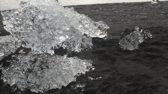 İzlanda: Diamonds on the beach in front of Jökulsarlon lagoon