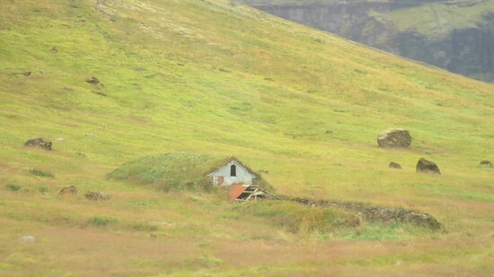 İzlanda: Old house covered in turf for warth on the way to Jökulsárlón glacieal river lagoon