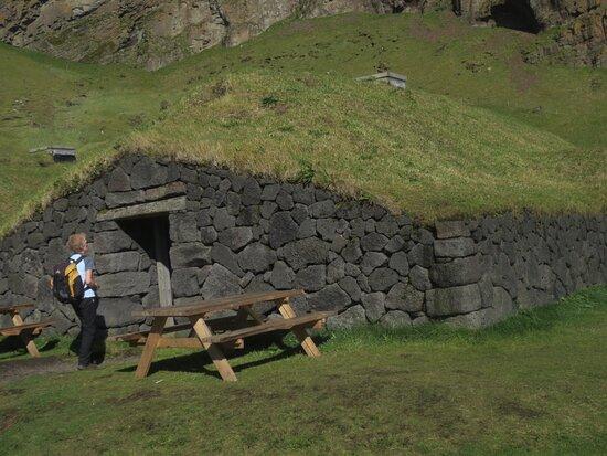 İzlanda: Orignal founder Herjolfur's farmhouse Westmann Island