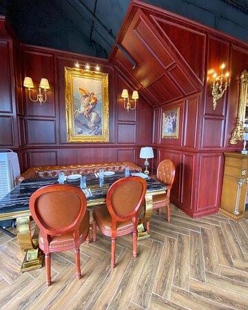 呢間餐廳裝修採用歐洲古典風格,而且牆身掛有多幅藝術油畫,好似去咗宮殿一樣。  牛尾湯 美國安格斯西冷牛扒 白汁蘑菇意大利飯 卡邦尼意大利粉