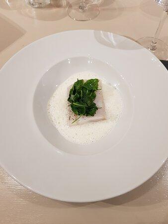 Menu complet excellent, cuisine raffinée. Un très bon accueil. Je recommande vivement ce restaurant qui est une très belle découverte.