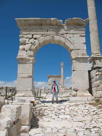 Арка, построенная при Калигуле и посвящённая императору Клавдию и его брату Германику. Построена эта арка на средства местного богача Калликлеса.