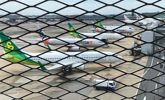 Jetstar Japan: 金網越しに見える