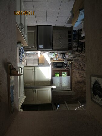 Voll ausgestattete kleine Küche im Wohnzimmer